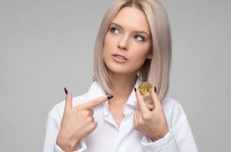 девушка держит биткоин