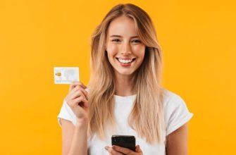 Девушка держит банковскую карту в руках