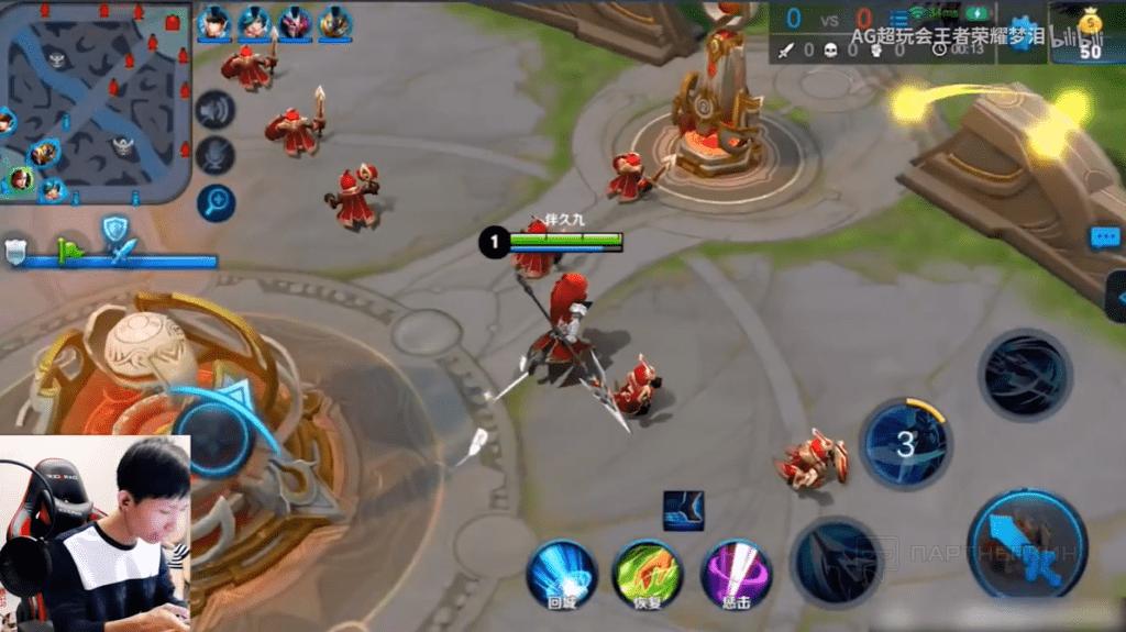 Мэн Лэй играет в мобильную MOBA игру «King of Glory»