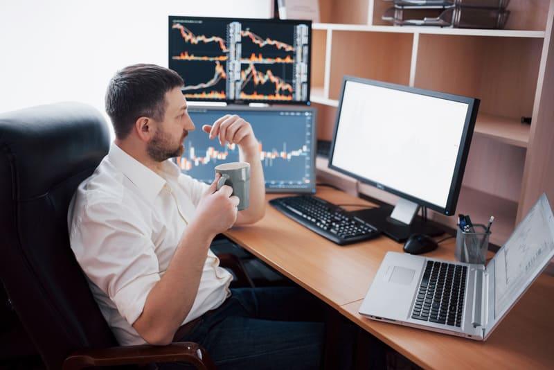 Биржевой маклер анализирует графики бинарных опционов