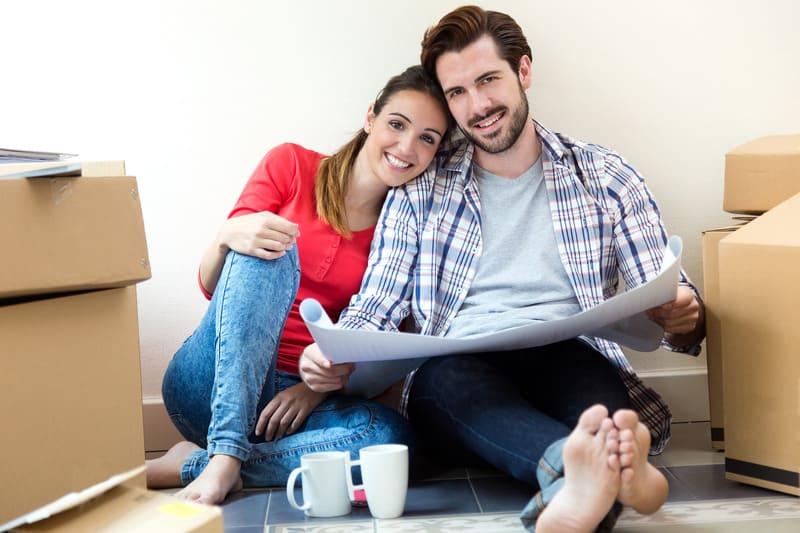 Молодая пара, думающая о покупке новой квартиры