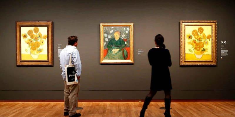Мужчина и женщина на выставке картин