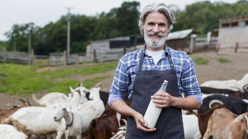 Мужчина с бутылкой козьего молока