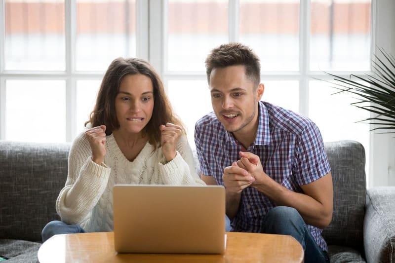Пара сделала ставку и теперь волнительно смотрит матч на ноутбуке