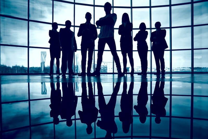 Силуэты уверенных партнеров по бизнесу